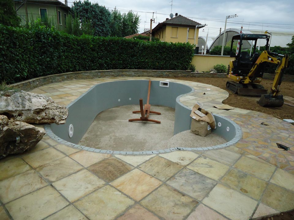 Piscina interrata 7x4 forma libera con idromassaggio foto 2 for Accessori per piscine esterne